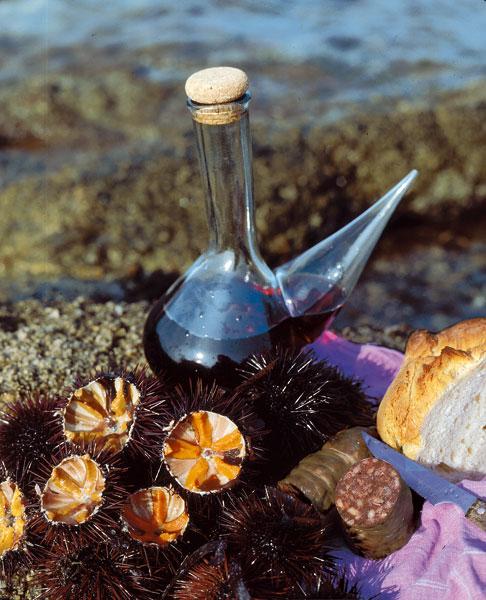 Garoinas recién abiertas con vino, pan y butifarra: un típico refrigerio de los pescadores de Palafrugell durante siglos
