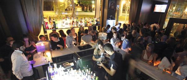Los bares y discotecas de Girona se encuentran mucho más animados durante las noches de Girona 10, y algunos ofrecen ofertas especiales de cócteles