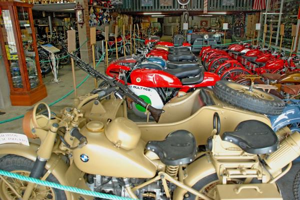 El Museo de la Moto de la Costa Brava se encuentra en el pueblo marinero de l'Escala, y aquí encontraremos más de 100 modelos de motos de época, entre otras colecciones. Visita muy recomendable también para niños.
