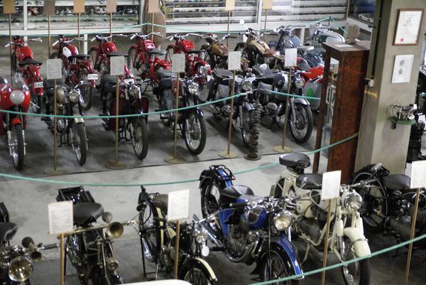 Cada moto del Museo de la Moto de l'Escala muestra su correspondiente panel con su año de fabricación, nombre de modelo y características. Los amantes de la mecánica y la historia de las motos disfrutarán de todos estos detalles.