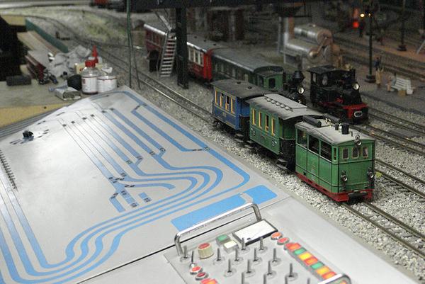 El piso superior del Museo de la Moto de l'Escala sorprende con una maqueta ferroviaria muy trabajada, otra delicia más para el disfrute de los niños.