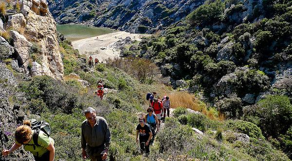 A Cala Portaló, en Cadaqués, se llega a pie, tras dejar el vehículo a un lado de la carretera que lleva al Faro del Cabo de Creus. En total son unos 1300 metros de caminata.
