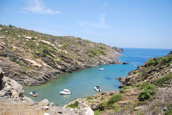 Entre las muchas virtudes que tiene la Cala Portaló, en Cadaqués, tiene la de ser un buen lugar de anclaje para las embarcaciones de placer