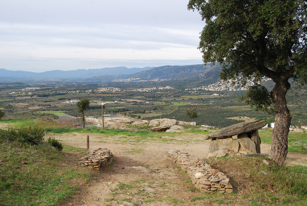 La Ruta Megalítica de Roses, que se encuentra bien señalizada mediante paneles, comienza en el dolmen Cap de l'Home Mort (lit. Cabeza del Hombre Muerto), a sólo 200 mts del Llit de la Generala