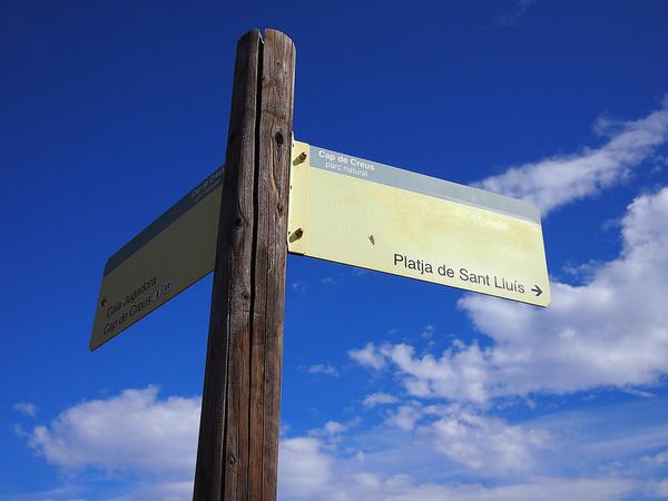 Hay una pista forestal que comienza a unos 300 metros de la Cala de San Luis, en Cadaqués, y que comienza desde el interior