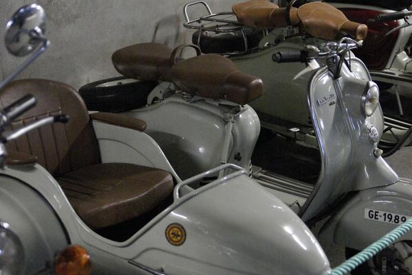 Esta visita al Museo de la Moto de l'Escala ha servido por lo menos para que mi sobrino pequeño supiese y viese por primera vez un sidecar como éste, que mantiene su matrícula de Girona