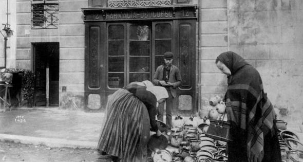 La cerámica ha sido tradicionalmente importante en la economía del Ampurdán durante los últimos siglos. Esta fotografía nos muestra una escena de principios del siglo XX de un puesto de cerámica en la famosa calle de l'Aigüeta