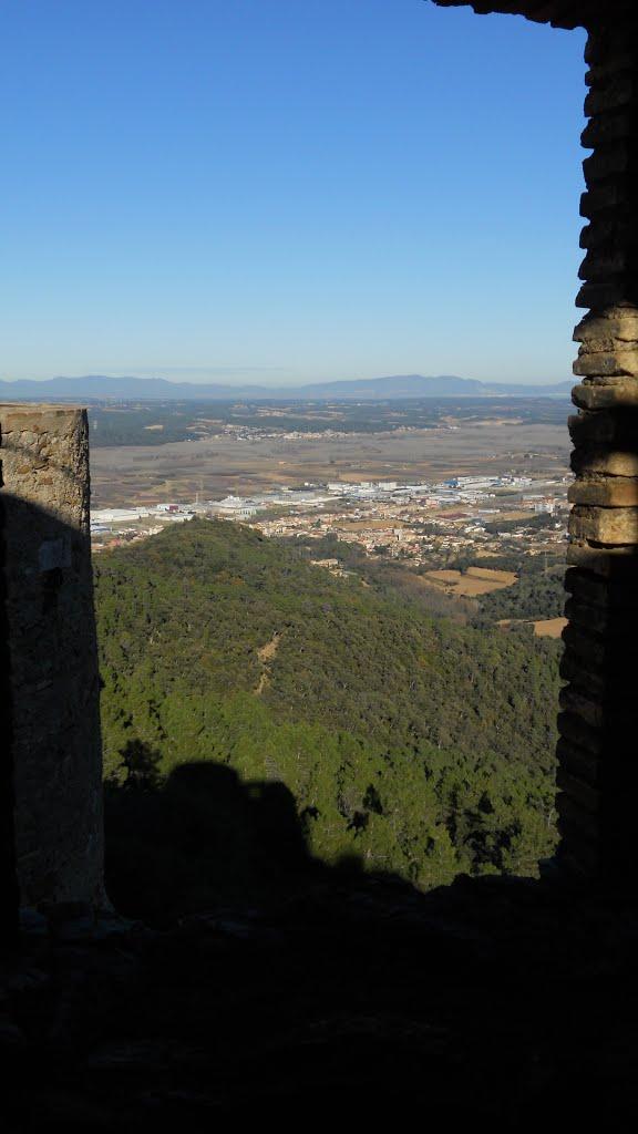 Sobre los muros del Castillo de San Miguel, entre Girona y Celrà, las vistas son excelentes y los días claros alcazamos a ver el mar y las Islas Medas