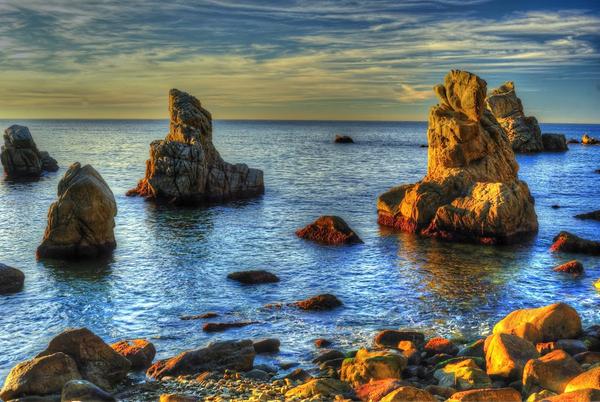 Si llegamos a Cala Trons a partir de Sa Caleta o el paseo marítimo de Lloret de Mar, por el camino de ronda, pasaremos por la Cala dels Frares, la cala más fotogénica de esta parte de la Costa Brava