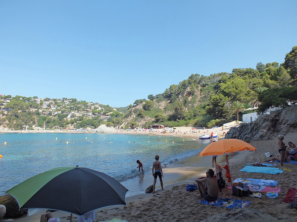 Cala Rajols se encuentra en Lloret de Mar, y al norte de la Playa Canyelles, de hecho sobre la misma bahía, y durante los últimos años ha sido centro de polémica en la zona