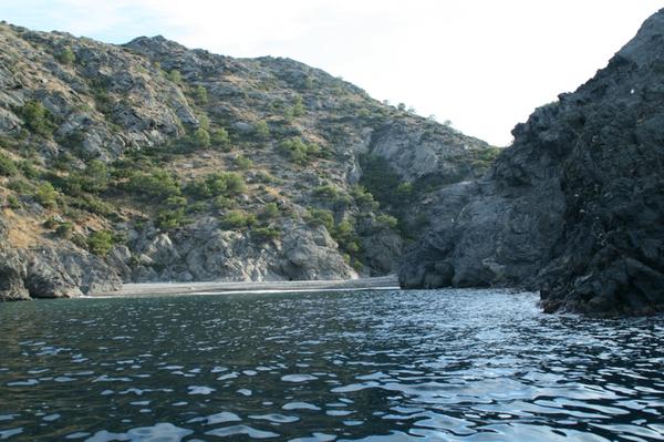 Evidentemente también es posible llegar por mar a Cala Talabre, por ejemplo en kayak. De hecho esta ensenada es un buen lugar para anclar.