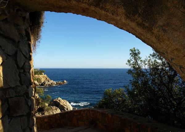 El recorrido por el camino de ronda hasta Cala d'en Trons nos permite pasa por algún que otro túnel como éste, cerca de la Cala dels Frares