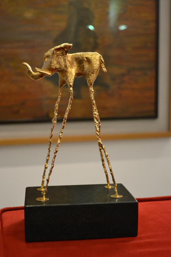 Los trofeos que se entregan a los mejores artistas de cada edición del Festival Internacional de Circo de Figueres son los Elefantes de Oro, Plata y Bronce. Son trofeos de clara reminiscencia daliniana, asociados también al mundo del circo.