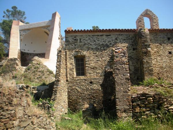 De nuevo a El Port de la Selva, desde Cala Talabre y por el interior, pasamos cerca de la ermita de Sant Baldiri de Tavallera, un lugar fascinante hoy abandonado, que sin embargo estuvo ocupado desde el siglo VI hasta finales del XIX, según revelan las excavaciones arqueológicas.