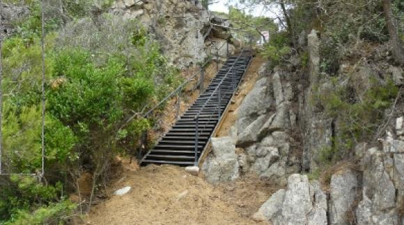 No es correcto modificar el entorno natural de las playas para construir escaleras de hierro para accesos privados. Es posible que cuando visites Cala Rajols esta escalera haya sido retirada.