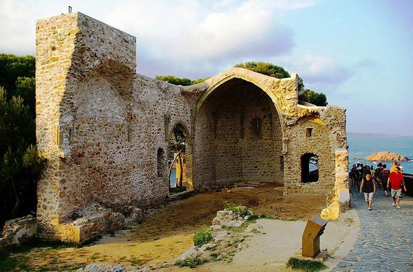 La iglesia original devota de San Vicente es la que se encuentra intramuros en la Vila Vella de Tossa. En el siglo XVIII fue creada la nueva porque este templo se quedó ya pequeño para el gran número de vecinos del pueblo.
