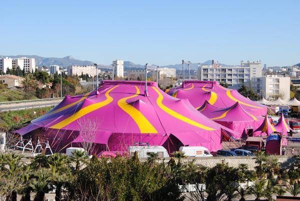 Las carpas en las que se celebran las actuaciones circenses en Figueres son muy coloridas y espectaculares