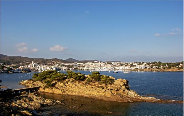 Atardecer sobre Cadaqués y la Isla de Sortell, en el Cabo de Creus, Costa Brava