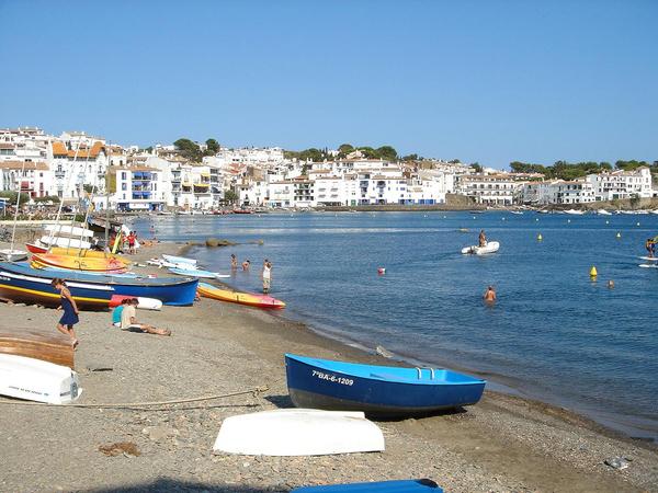 Playa Es Sortell es una playa que podemos considerar familiar, dada su cercanía al centro urbano de Cadaqués
