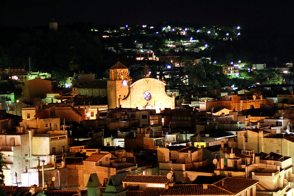 Iglesia de San Vicente de Tossa de Mar, con la fachada de su iglesia iluminada una noche de verano, Costa Brava