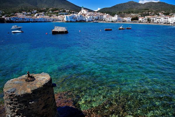 Playa Es Sortell se encuentra en la misma bahía donde se sitúa el centro de Cadaqués, visible perfectamente desde la orilla, Costa Brava
