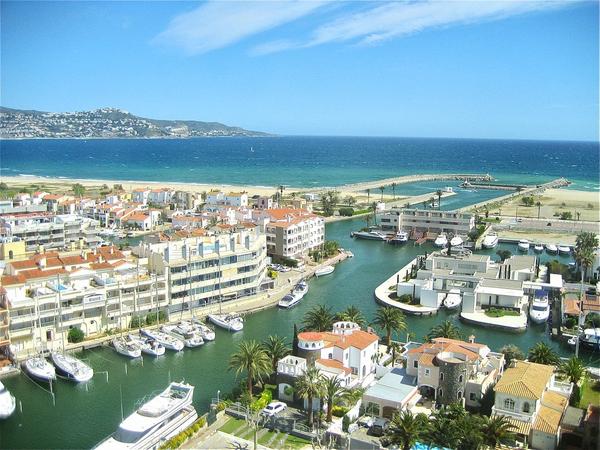 Marina Empuriabrava es una urbanización que se encuentra junto a las playas y atravesada por diferentes canales de navegación, muy cerca de Roses y Castelló d'Empúries, Costa Brava