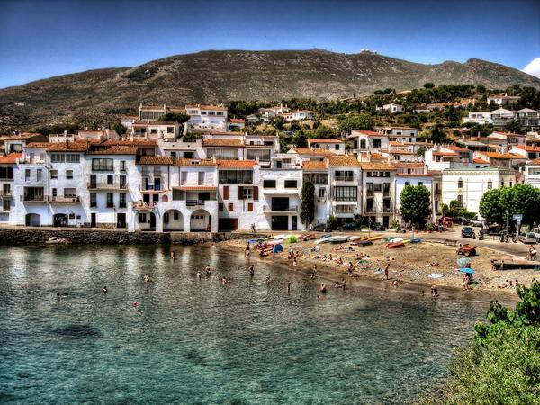 La pequeña localidad de Cadaqués, en el Cap de Creus, Girona, Costa Brava, fué punto de partida de emigrantes durante los siglos XVIII y XIX, que quisieron hacer fortuna en Cuba