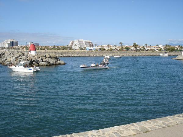El espigón que se encuentra al norte de Playa Empuriabrava es la vía de entrada de los barcos en la urbanización. Suele ser muy entretenido presenciar la entrada y salida de estas embarcaciones desde la playa.