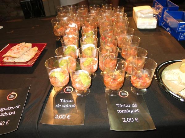 """A la entrada de los conciertos del Festival de Música Marimurtra se ofrecen pequeños """"tastets"""" gastronómicos a los asistentes"""