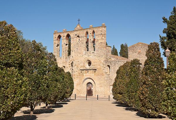 Este es el precioso paseo que conduce hasta la fachada de la iglesia de Sant Esteve de Peratallada