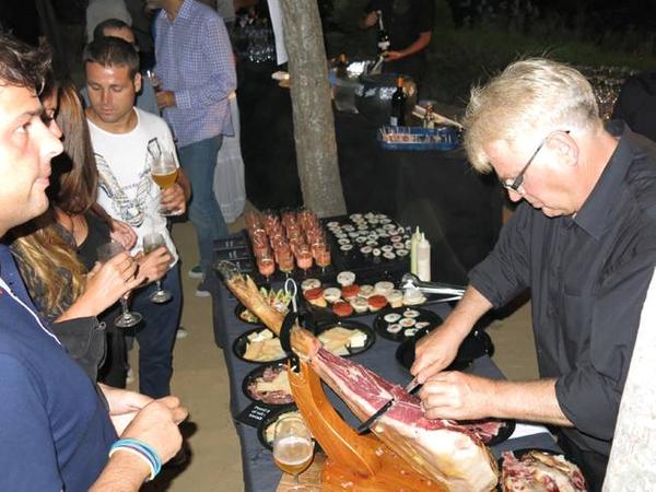 Antes de comer hay que comer y beber un poquito con la propuesta culinaria mediterránea de Vineo. Los asistentes esperan con cierta impaciencia el corte profesional del jamonero.