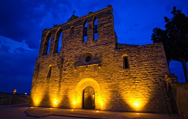 La iglesia románica de Sant Esteve de Peratallada iluminada una noche de verano, Girona, Costa Brava