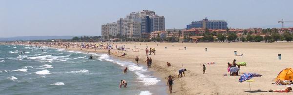Playa Empuriabrava está urbanizada, y es en la parte sur donde encontramos los edificios más grandes, visibles incluso desde toda la bahía de Roses