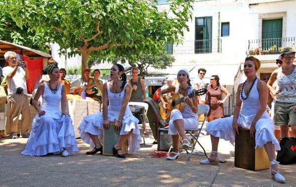 La Feria de Indianos de Cadaqués, que tiene lugar a principios de junio, cuenta entre sus celebraciones multitud de actuaciones musicales callejeras, sobre todo con ritmos caribeños