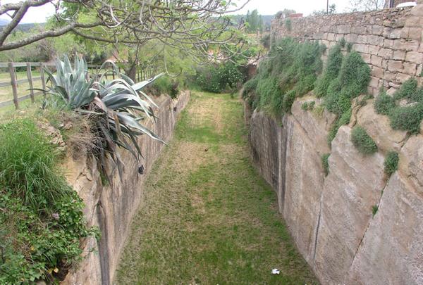 Fosa defensiva que rodea el centro amurallado de Peratallada, y que se encuentra a pocas decenas de metros de la iglesia de San Esteban
