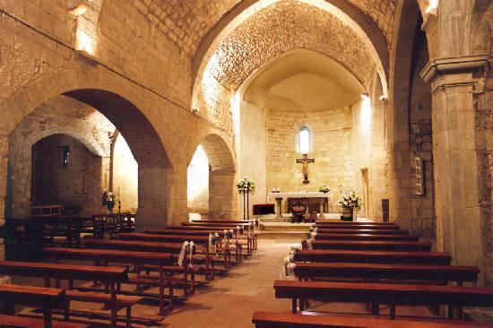 Interior de la iglesia de Peratallada. Al final de la nave se encuentra la caja osario con los restos de quien fuese señor feudal Gilabert de Cruïlles, fallecido en 1348