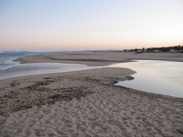 Tras contemplar los barcos en el espigón nos dirigimos a pie a la parte sur de la Playa Empuriabrava. Una vez superados los grandes edificios de esta zona nos encontramos con un paisaje mucho más tranquilo, cercano ya a los Humedales del Ampurdán, y que presenta dunas.