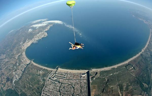 Empuriabrava permite realizar varias actividades, incluso deportivas, como por ejemplo saltar en paracaídas desde su aeródromo. Abajo, los canales de la Marina Empuriabrava.