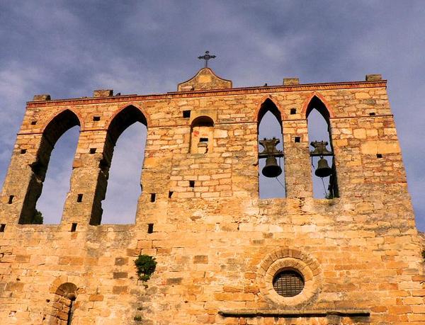 Imagen de la parte superior de la fachada de Sant Esteve de Peratallada, con el pequeño rosetón y los cuatro arcos ogivales