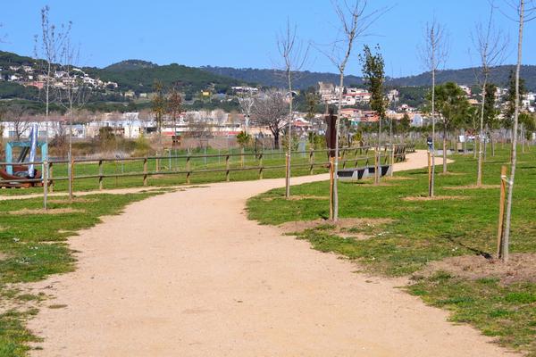 El Parque dels Estanys de Platja d'Aro se encuentra vertebrado por caminos señalizados, para que podamos recorrerlo con facilidad