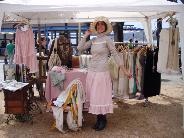 Los habitantes de Cadaqués, así como los visitantes que repiten, suelen vestir indumentaria de época, con el objetivo de hacernos recordar en todos los aspectos el pasado de los indianos