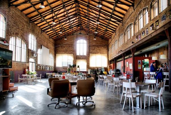 La preciosa biblioteca del pueblo de Celrà se encuentra también en la Fábrica, y es un gran ejemplo de reutilización cultural del patrimonio arquitectónico industrial.