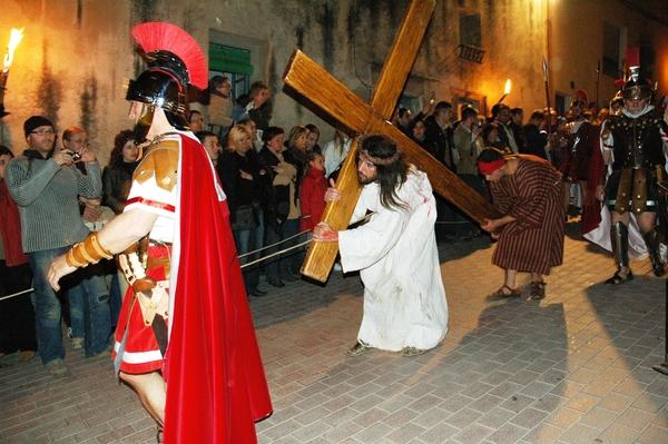 Aquí vemos como Cirene ayuda a Cristo a transportar su cruz. En el Via Crucis de Sant Hilari Sacalm el público asiste a pie de calle silenciosa y respetuosamente a la Pasión, y algunos no pueden evitar las lágrimas ante el paso de Jesús.