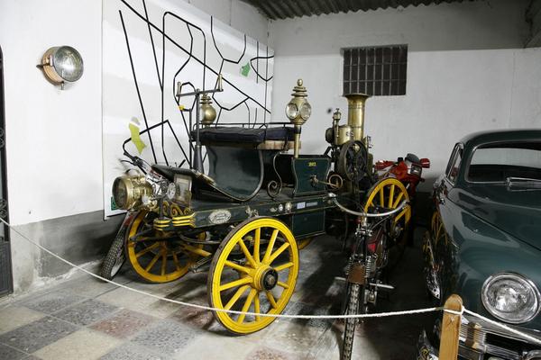 Un pequeño paseo por la Colección Salvador Claret, en Sils, nos muestra ejemplares ciertamente antiguos, de gran valor histórico, como este coche con el motor instalado en la parte trasera, y que podría ser de vapor