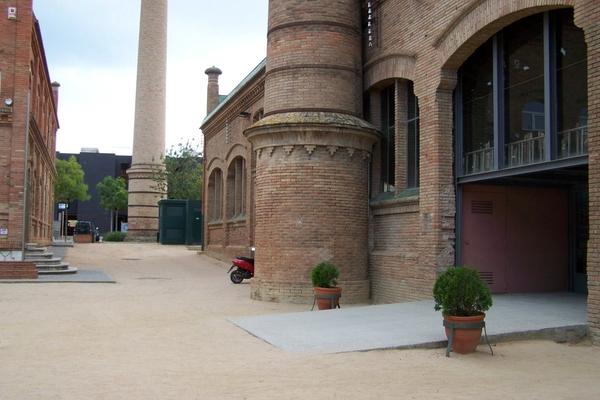 La antigua Fábrica de Celrà muestra todavía detalles arquitectónicos de su original estilo modernista