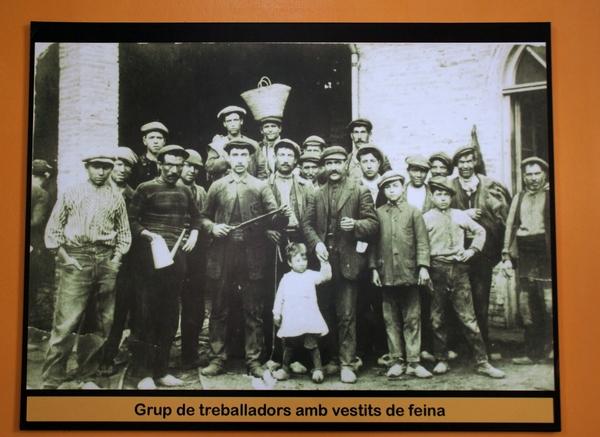 La Fábrica de Celrà desarrolló su actividad industrial entre 1902 y 1971. Muchos habitantes del pueblo, como este grupo de trabajadores, trabajaron aquí durante toda su vida.