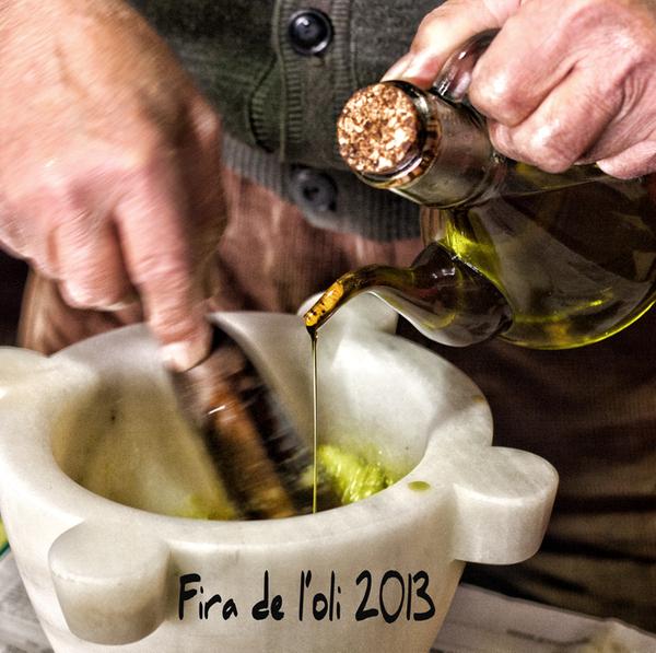 Durante el concurso de aliolis de la Feria de Aceite de Calonge los espectadores pueden disfrutar viendo y aprendiendo cómo los expertos elaboran esta deliciosa salsa a partir de aceite de oliva y ajo