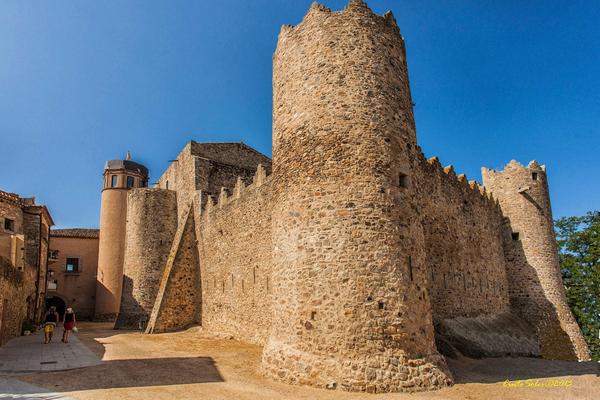 La Feria del Aceite Calonge (Fira de l'Oli) tiene lugar entre los muros del castillo medieval de la localidad, un excelente marco para presentar un producto tradicional, con siglos de historia en su elaboración