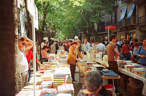 La Rambla de la Llibertat de Girona es el lugar donde cada 23 de abril se instala el mercado de libros y rosas que caracteriza el Día de Sant Jordi, bajo un sol primaveral