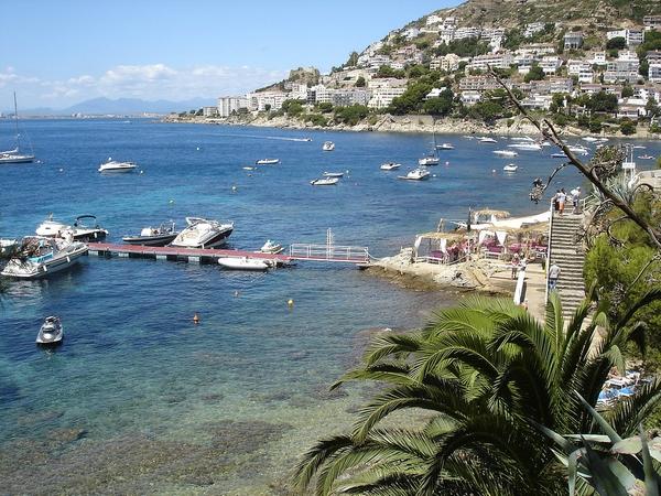 Durante el verano se instala un muelle flotante para embarcaciones deportivas cerca de la Playa del Bonifaci, en Roses, Costa Brava